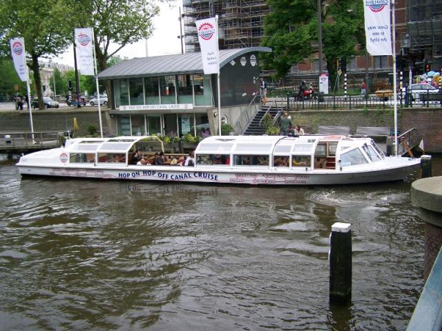 Plavidlo na grachtu v Amsterodamu